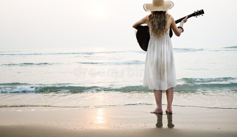 Κιθάρα γυναικών κυρία Rhythm Beach Holiday Girl έννοια στοκ φωτογραφία με δικαίωμα ελεύθερης χρήσης