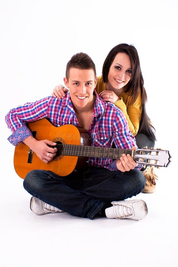 κιθάρα ζευγών ρομαντική στοκ φωτογραφία
