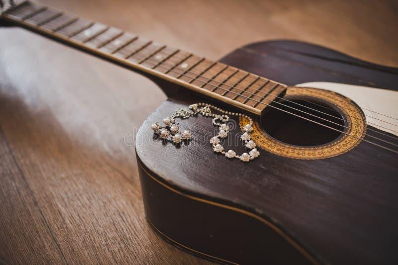 Κιθάρα και διακοσμήσεις στοκ φωτογραφία