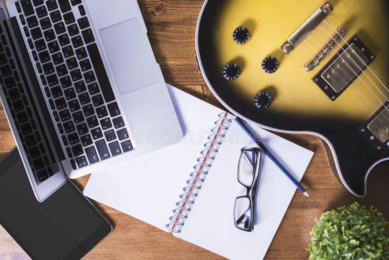Κιθάρα και τεχνολογία στον πίνακα στοκ φωτογραφία με δικαίωμα ελεύθερης χρήσης