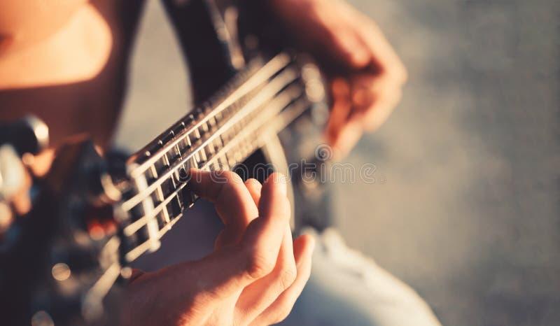 Κιθάρα Παίξτε την κιθάρα Ανασκόπηση ζωντανής μουσικής Φεστιβάλ μουσικής Όργανο στη σκηνή και τη ζώνη ηλεκτρική μουσική απεικόνιση στοκ εικόνα