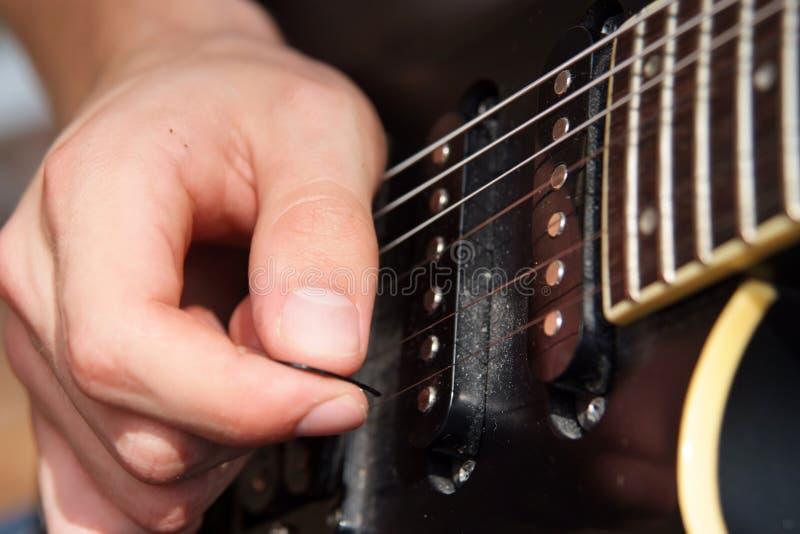Κιθάρα παιχνιδιού στοκ φωτογραφίες με δικαίωμα ελεύθερης χρήσης