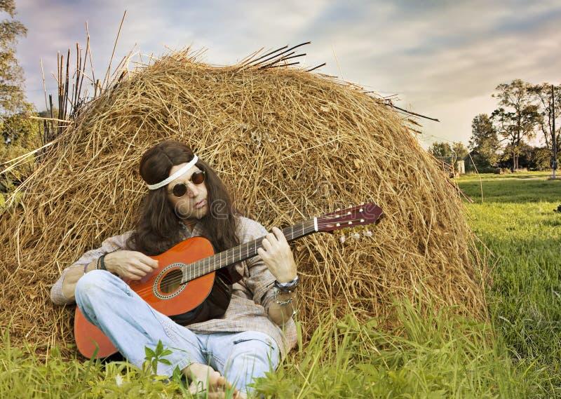 Κιθάρα παιχνιδιού ατόμων χίπηδων υπαίθρια στοκ εικόνες με δικαίωμα ελεύθερης χρήσης