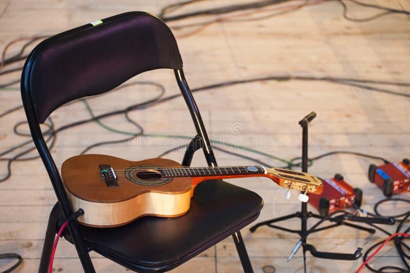 Κιθάρα που συνδέεται ακουστική στη συναυλία μουσικής κατά τη διάρκεια του σπασίματος στοκ φωτογραφίες