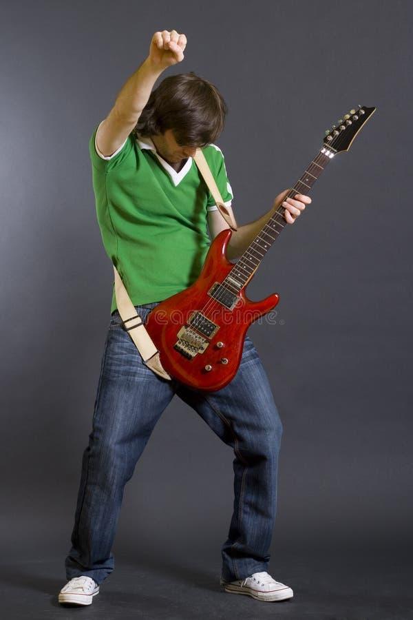κιθάρα το εμπαθές παιχνίδι φορέων του στοκ εικόνες