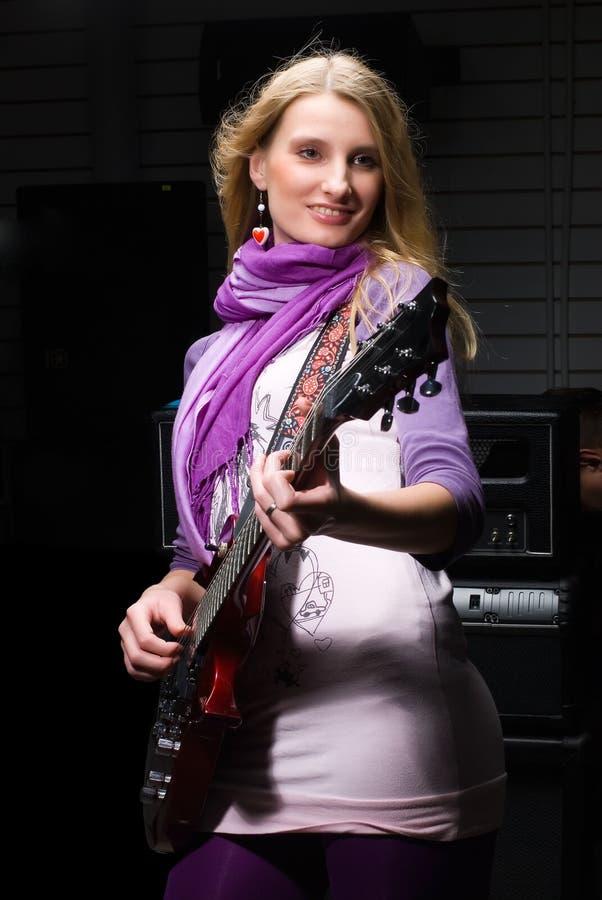 Κιθαρίστας γυναικών στοκ φωτογραφία με δικαίωμα ελεύθερης χρήσης