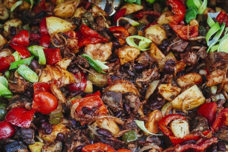 Κιμάς που μαγειρεύεται με την πάπρικα, τις ντομάτες, το κρεμμύδι, το κόκκινο φασόλι και το γ στοκ φωτογραφία με δικαίωμα ελεύθερης χρήσης