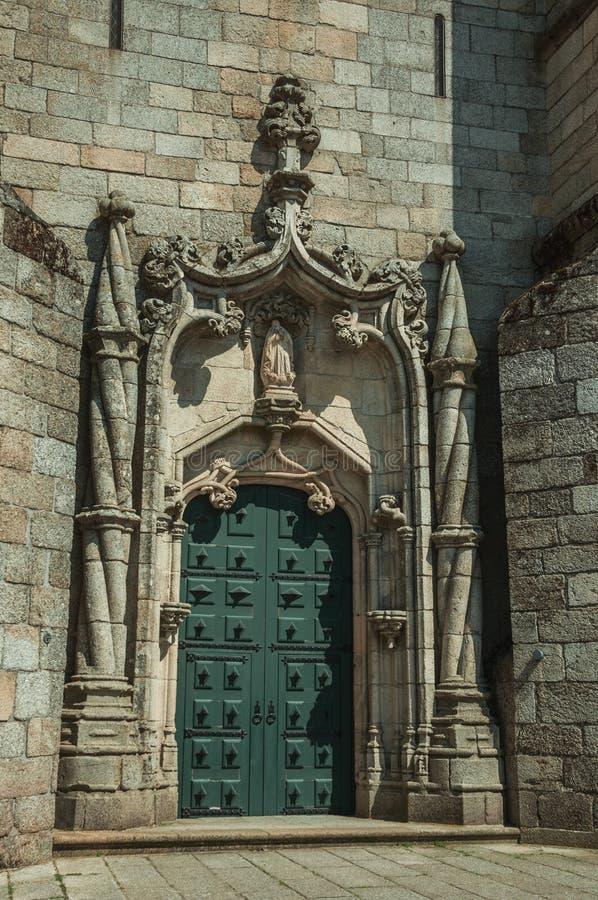 Κιμένος σπειροειδώς στήλη διακοσμήσεων πορτών και πετρών σε έναν καθεδρικό ναό στοκ εικόνα