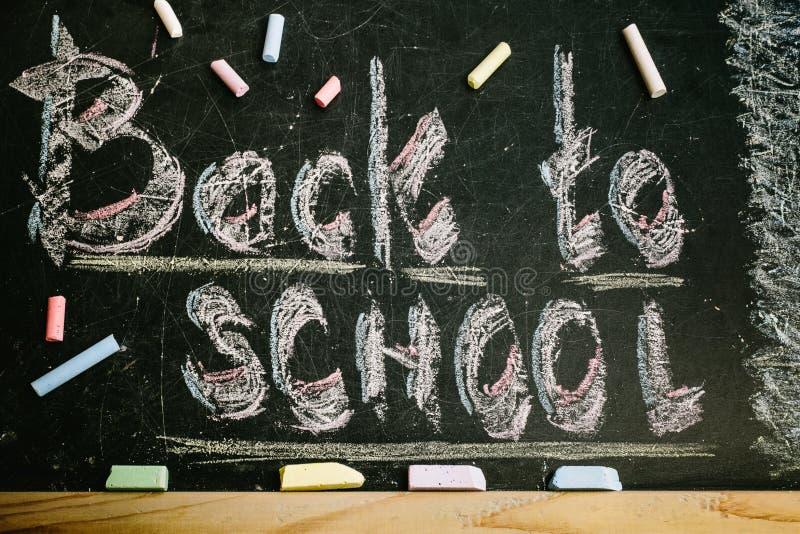 Κιμωλία με τις λέξεις πίσω στο σχολείο στοκ εικόνες