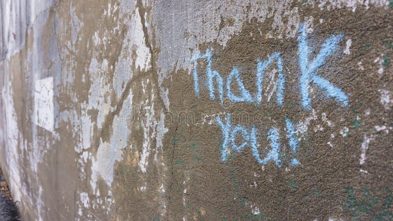 Κιμωλία που γράφει στην πλευρά ενός παλαιού, ξεπερασμένου κτηρίου στοκ εικόνες