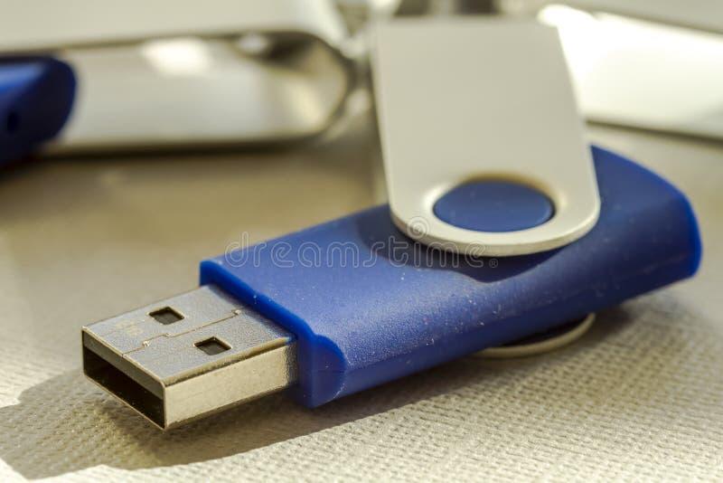 Κινήσεις λάμψης USB στο γκρίζο υπόβαθρο στοκ φωτογραφίες