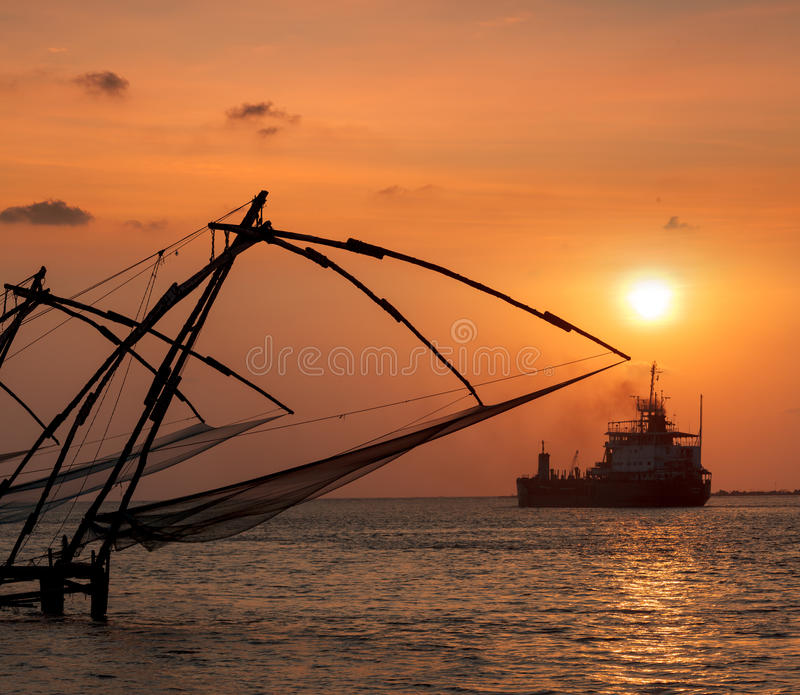 Κινεζικά δίχτυα ψαρέματος στο ηλιοβασίλεμα. Kochi, Κεράλα, Ινδία στοκ εικόνες
