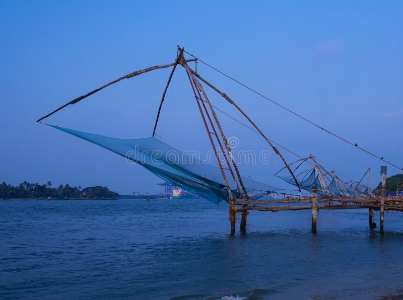 Κινεζικά δίχτυα ψαρέματος Kochi στο ηλιοβασίλεμα σε Kochi, Κεράλα. στοκ εικόνα