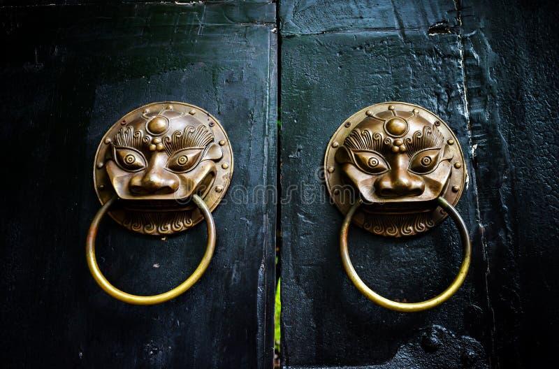 Κινεζικά αρχαία ρόπτρα πορτών στοκ εικόνες