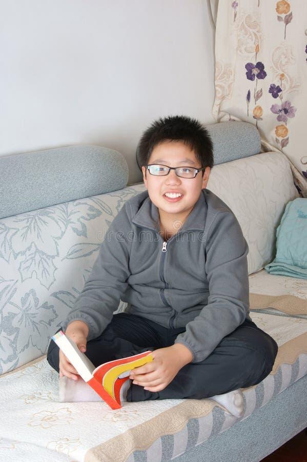 κινεζικά γυαλιά αγοριών στοκ φωτογραφία