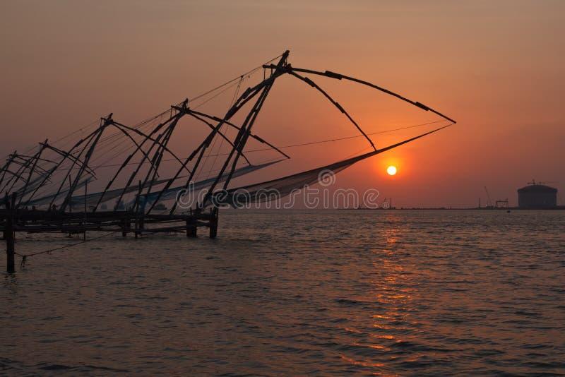 Κινεζικά δίχτια ψαρέματος στο ηλιοβασίλεμα. Kochi, Κεράλα, Ινδία στοκ φωτογραφία