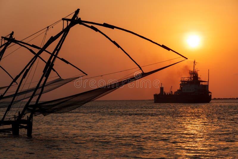 Κινεζικά δίχτια ψαρέματος στο ηλιοβασίλεμα. Kochi, Κεράλα, Ινδία στοκ εικόνες με δικαίωμα ελεύθερης χρήσης