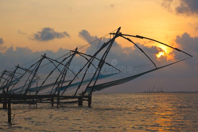 Κινεζικά δίχτια ψαρέματος στο ηλιοβασίλεμα. Kochi, Κεράλα, Ινδία στοκ φωτογραφία με δικαίωμα ελεύθερης χρήσης