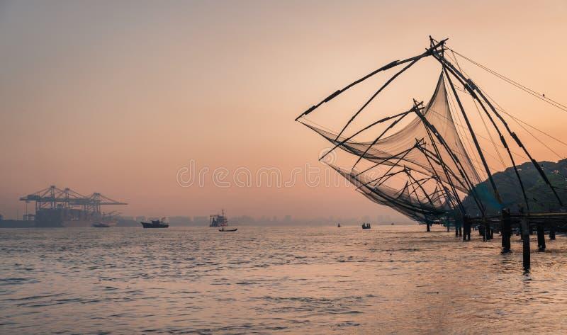 Κινεζικά δίχτυα του ψαρέματος κατά τη διάρκεια των χρυσών ωρών στο οχυρό Kochi, εργασία ψαράδων ανατολής του Κεράλα, Ινδία στοκ φωτογραφία