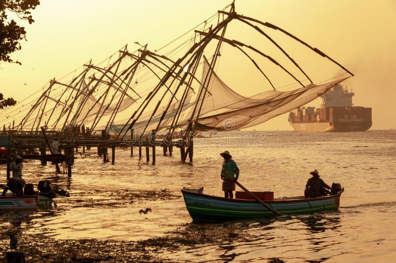 Κινεζικά δίχτυα του ψαρέματος σε Cochi, Κεράλα, Ινδία - στο χρώμα στο σούρουπο στοκ εικόνα
