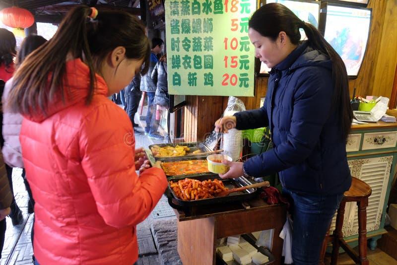 Κινεζικά εξωτικά τρόφιμα στην αγορά τροφίμων οδών στο χωριό Xitang νερού, που βρίσκεται στην επαρχία Zhejiang στοκ εικόνες