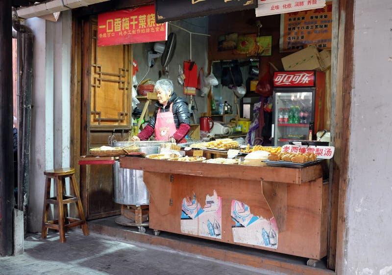 Κινεζικά εξωτικά τρόφιμα στην αγορά τροφίμων οδών στο χωριό Xitang νερού, που βρίσκεται στην επαρχία Zhejiang στοκ φωτογραφίες με δικαίωμα ελεύθερης χρήσης
