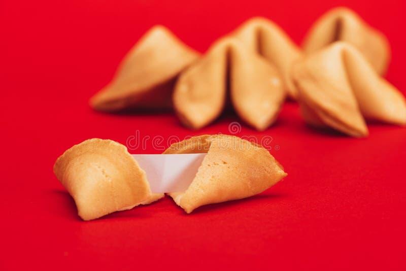 Κινεζικά μπισκότα τύχης στην κόκκινη επιφάνεια, κινεζική νέα έννοια έτους στοκ εικόνες