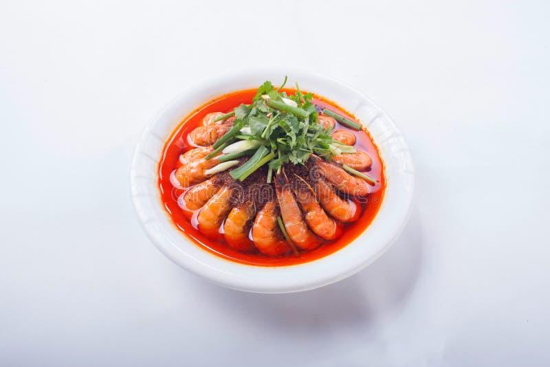 Κινεζικά τρόφιμα, ένα πιάτο των γαρίδων σε ένα άσπρο υπόβαθρο στοκ φωτογραφία με δικαίωμα ελεύθερης χρήσης