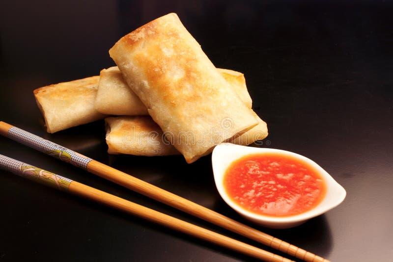 Κινεζικά τρόφιμα: Ρόλοι άνοιξη στο μαύρο υπόβαθρο στοκ φωτογραφίες