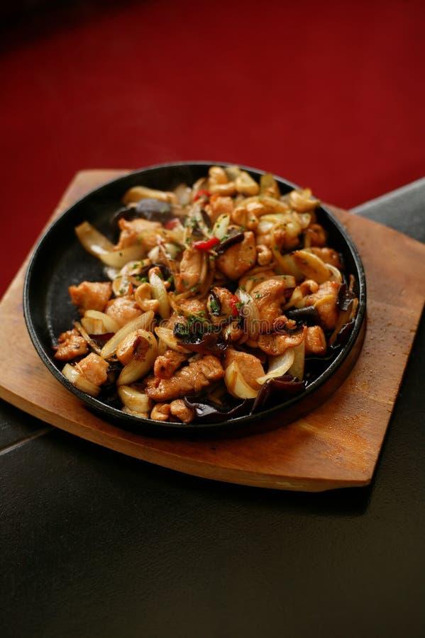 Κινεζικά τρόφιμα στο καυτό πιάτο στοκ φωτογραφία με δικαίωμα ελεύθερης χρήσης