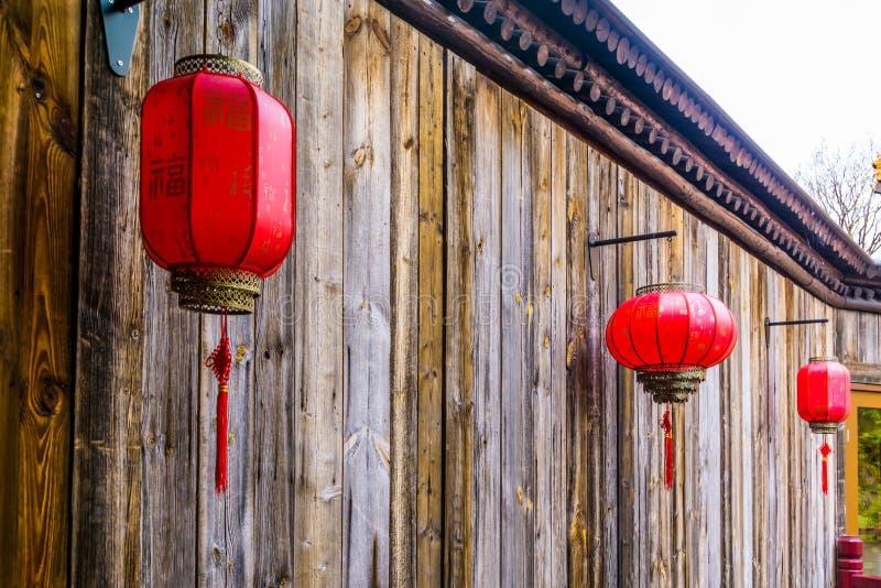 Κινεζικά φανάρια που κρεμούν σε έναν ξύλινο τοίχο, ασιατική νέα παράδοση έτους στοκ φωτογραφία