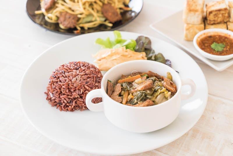 Κινεζικά φυτικά stew και tofu με το ρύζι μούρων στοκ φωτογραφία