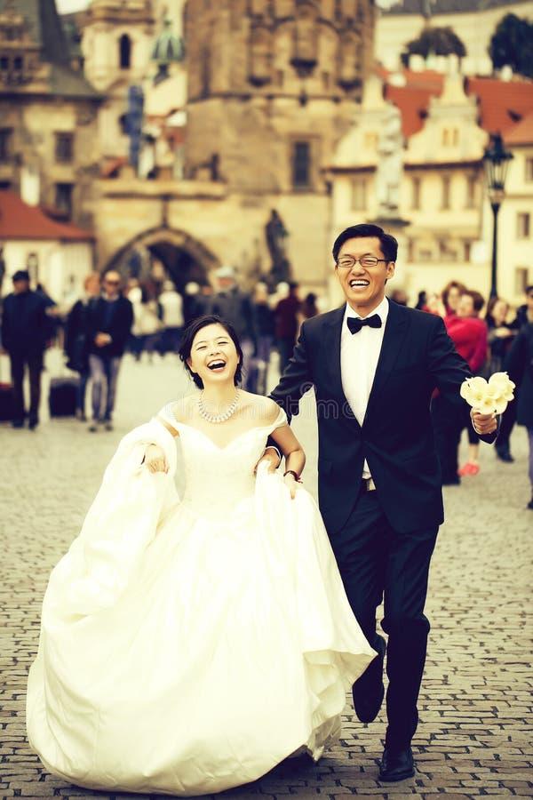 Κινεζικά χαριτωμένα νέα newlyweds στοκ φωτογραφία με δικαίωμα ελεύθερης χρήσης