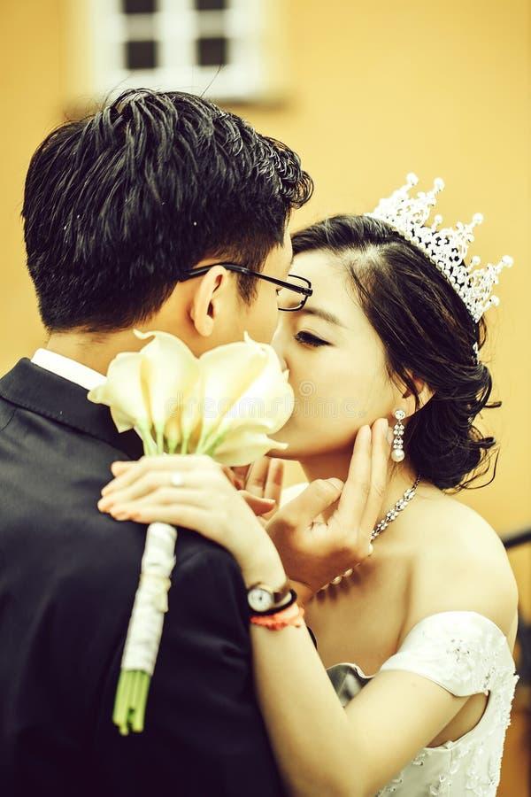 Κινεζικά χαριτωμένα νέα newlyweds στοκ εικόνες