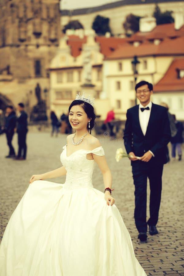 Κινεζικά χαριτωμένα νέα newlyweds στοκ φωτογραφίες