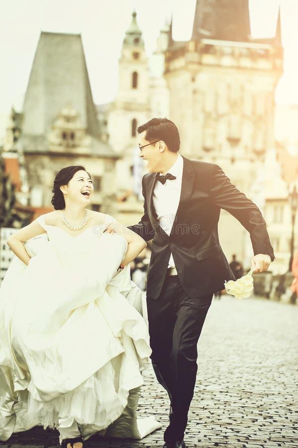 Κινεζικά χαριτωμένα νέα newlyweds στοκ εικόνα