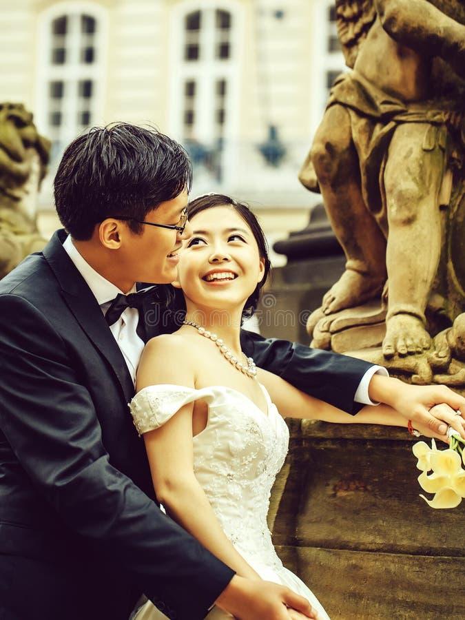 Κινεζικά χαριτωμένα νέα newlyweds στοκ εικόνες με δικαίωμα ελεύθερης χρήσης
