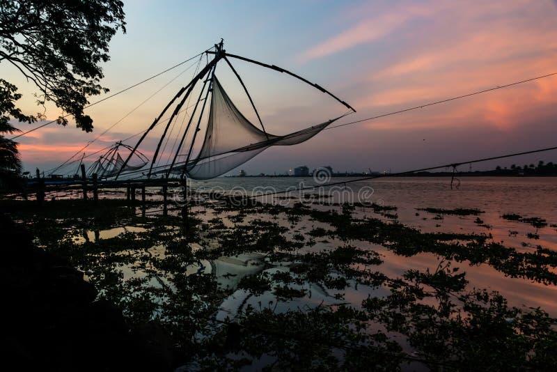 Κινεζικά fishernets στην ακτή Kochi κατά τη διάρκεια του ηλιοβασιλέματος, Ινδία στοκ εικόνα με δικαίωμα ελεύθερης χρήσης