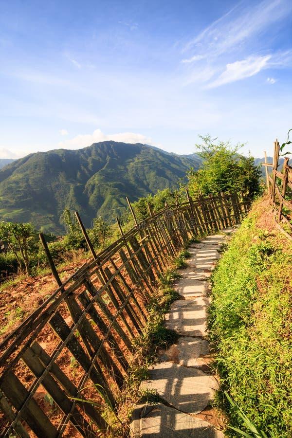 Κινεζικές βουνά και διάβαση πετρών στοκ φωτογραφία