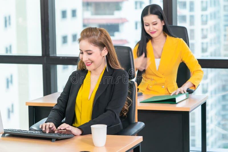 Κινεζικές γυναίκες που εργάζονται με το lap-top υπολογιστών στο σύγχρονο γραφείο πόλεων στοκ εικόνα