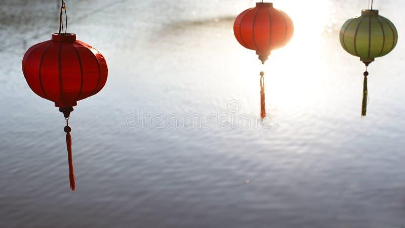 Κινεζικές διακοσμήσεις έτους φαναριών νέες που κρεμούν abov στοκ εικόνες με δικαίωμα ελεύθερης χρήσης