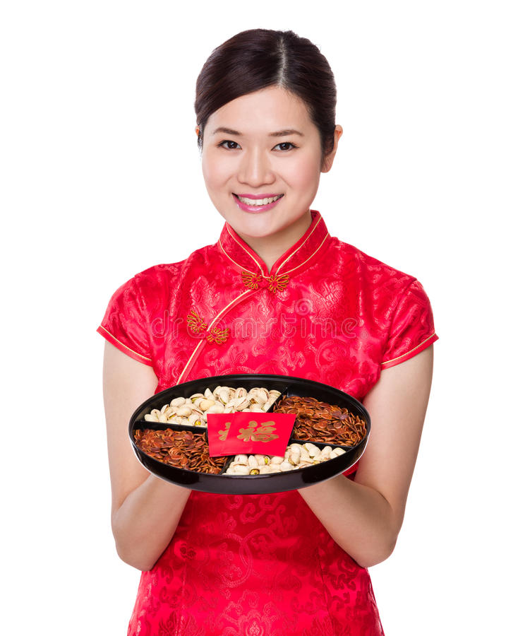Κινεζική λαβή γυναικών με το δίσκο πρόχειρων φαγητών για το σεληνιακό νέο έτος στοκ φωτογραφία