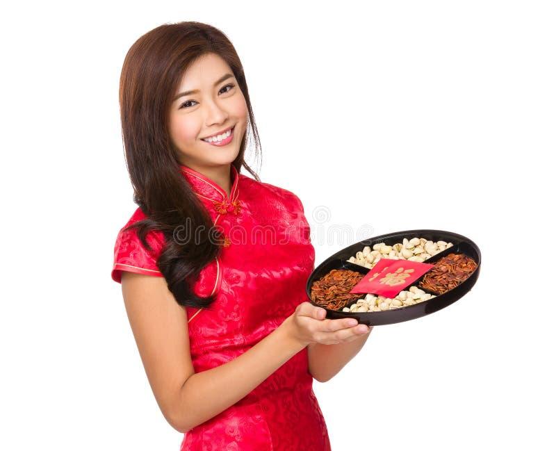 Κινεζική λαβή γυναικών με το δίσκο πρόχειρων φαγητών για το σεληνιακό νέο έτος στοκ εικόνα με δικαίωμα ελεύθερης χρήσης