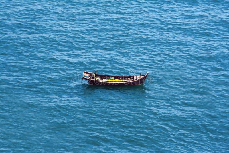 Κινεζική βάρκα ένας χωρικός στη θάλασσα χωρίς ανθρώπους στοκ εικόνες