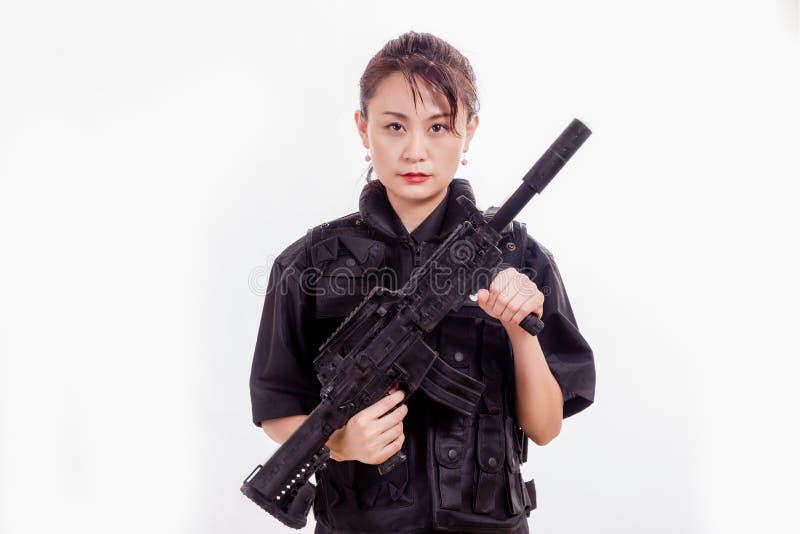 Κινεζική γυναίκα αστυνομικός με το επιθετικό τουφέκι στοκ εικόνα