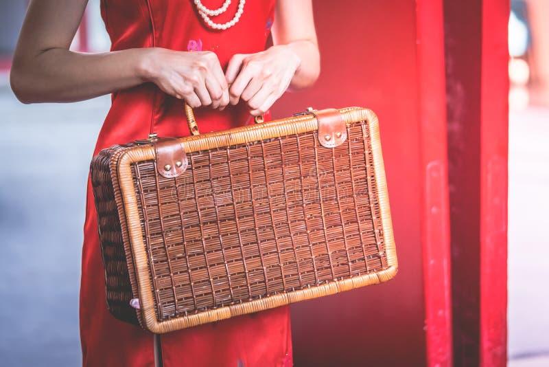 Κινεζική γυναίκα που κρατά μια ξύλινη βαλίτσα για την εκλεκτής ποιότητας ασιατική έννοια ταξιδιού στοκ φωτογραφία