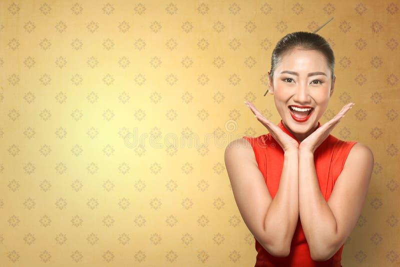 Κινεζική γυναίκα στο φόρεμα cheongsam στοκ εικόνες