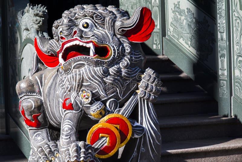 Κινεζική θρησκεία, πύλη ναών, προστάτης Άγιος, λιοντάρι πετρών στοκ εικόνες