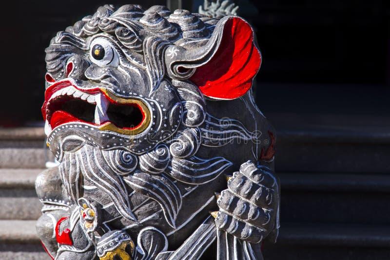 Κινεζική θρησκεία, πύλη ναών, προστάτης Άγιος, λιοντάρι πετρών στοκ φωτογραφία