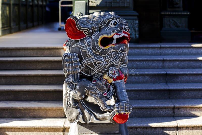 Κινεζική θρησκεία, πύλη ναών, προστάτης Άγιος, λιοντάρι πετρών στοκ εικόνα με δικαίωμα ελεύθερης χρήσης